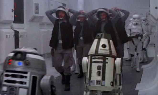 Droides Star Wars Astromecanico del episodio 4 junto detenido con R2