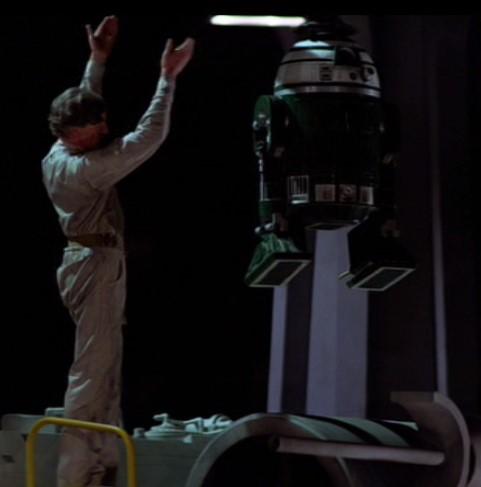 Droide Astromecanico verde tipo R2 introduciendose en un caza