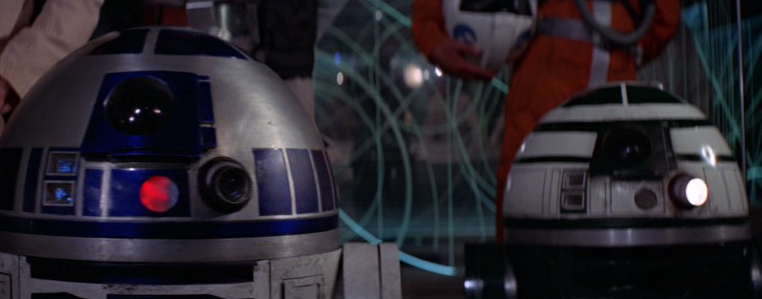 Droides Star Wars astromecánicos en estación rebelde tras entrega planos